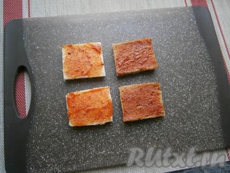 Ломтики хлеба немного смазать кетчупом (тонким слоем, чтобы он сразу впитался в мякиш).