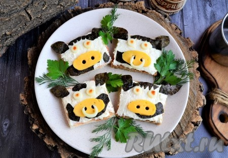 """Вкусные, яркие тематические бутерброды """"Бычок"""", приготовленные к Новому 2021 году, украсить зеленью и подать к праздничному столу!"""