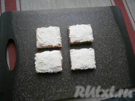 Смазать хлеб творожно-сырной массой ровным слоем.