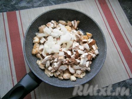 Обжарить куриное филе на среднем огне в течение 5 минут, иногда помешивая, затем добавить нарезанные небольшими кусочками шампиньоны и лук.