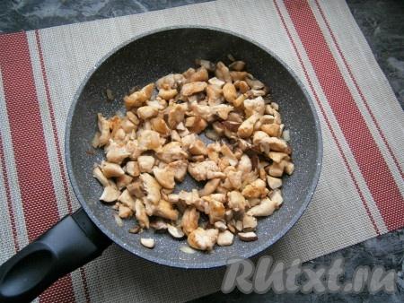 Куриное мясо с грибами и луком немного посолить, поперчить, перемешать и обжаривать минут 5-7 (если появится жидкость, она должна испариться), периодически помешивая. Курочка и шампиньоны должны зарумяниться.