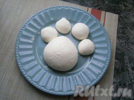После последнего прогрева сформировать из сыра маленькие шарики или один большой.