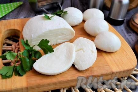 Моцарелла, приготовленная в домашних условиях из коровьего молока, получается нежной, вкусной, можете делать с ней салаты или печь пиццу. Хранится сыр не более 3-х суток в холодильнике в пергаменте и в закрытом пластиковом контейнере или в рассоле, который можно сделать самому: в 1 стакане воды растворить 1 столовую ложку соли.