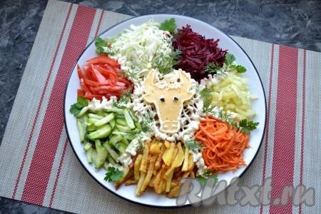 С помощью этого шаблона вырежьте из ломтя сыра бычью голову и разместите её в центре салата. Морду с носом и глазами нарисуйте майонезом, зрачки можно сделать или из горошин чёрного перца, или из маленьких кусочков чёрной оливки.