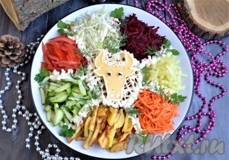 """Ещё салатик нужно украсить листиками петрушки. Подаётся этот красивый и яркий салат под названием """"Бык в огороде"""" на праздничный стол именно в таком виде, а уже при гостях его нужно посолить и перемешать."""