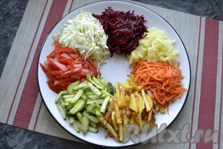 Свеклу очистить и натереть на крупной тёрке. Свекла в этом салате используется сырая, если не любите сырую, отварите её или запеките в духовке. На круглое большое блюдо выложить по кругу все овощи и корейскую морковку кучками, серединку оставить пустой.
