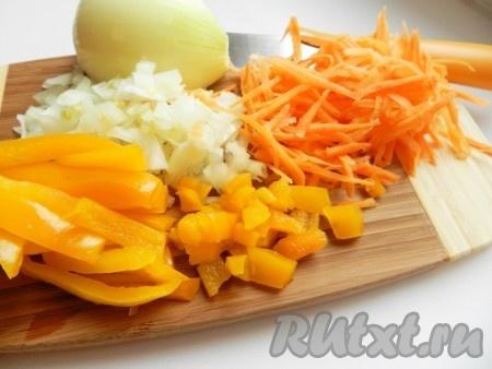 Лук и болгарский перец нарезать, морковь натереть на терке.