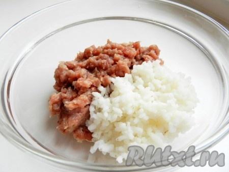 Свинину и половину луковицы пропустить через мясорубку. Рис отварить до готовности, смешать со свиным фаршем, добавить соль и перец.