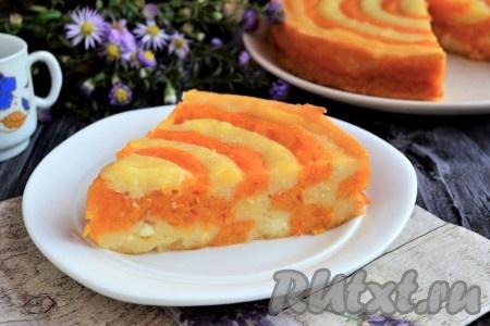 Теперь очень яркий, вкусный и полезный пирог, приготовленный с тыквой и творогом в духовке, можно нарезать на части и подать к столу, дополнив, по желанию, сметаной, джемом или вареньем.