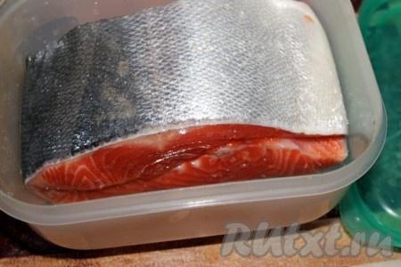 Куски положить друг на друга и пару раз в день переворачивать для более равномерного распределения соли. Считается, что слабосоленая рыба готова через сутки, но я обычно использую её в пищу через 2 суток.