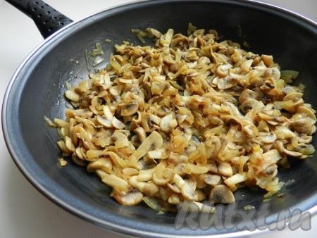 На растительном масле обжарить лук, добавить шампиньоны, обжаривать до выпаривания жидкости. Добавить сливки или сметану, немного потушить до загустения.