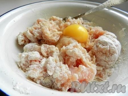 Куриное филе измельчить в блендере вместе с раздавленным чесноком. Добавить яйцо, муку, соль и перец. Тщательно вымесить до однородности.