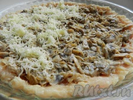 В форму для выпечки хорошо бы иметь специальную форму для пиццы) выложить основу из куриного мяса, затем обжаренные шампиньоны. Сыр моцарелла натереть на терке и посыпать сверху. Духовку разогреть до 220 градусов. Выпекать куриную пиццу 15-20 минут.