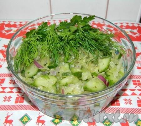 Перед подачей добавляем в салат заправку. Можно украсить веточками зелени. Этот салат из зелёной редьки и огурца готовится просто, из доступных продуктов, а получается вкусным и полезным.
