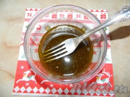 Готовим заправку для салата из зеленой редьки с огурцом. 1 чайную ложку уксуса смешиваем с 5 столовыми ложками оливкового масла, добавляем соль и перец по вкусу.