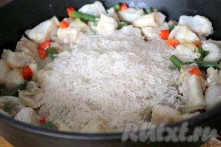 Добавить рис к рыбе и овощам.
