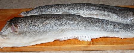 Разделать рыбу на филе и разрезать на небольшие кусочки.
