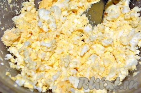 Для соуса сварить яйца вкрутую и вилкой их мелко размять.