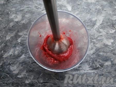 Пюрировать ягоды погружным блендером.