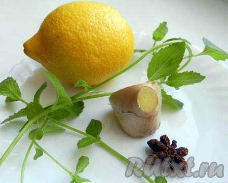 Ингредиенты для приготовления мятного напитка с лимоном и имбирем.