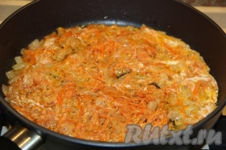 Перемешать и разровнять овощи ровным слоем.