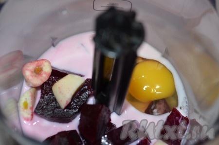 Молоко, яйцо, свеклу, чеснок, оливковое масло и соль измельчаем в блендере до однородной массы.