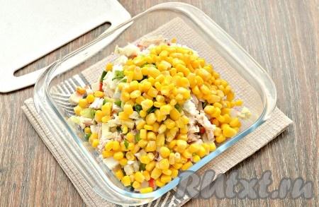 Зёрна консервированной кукурузы сначала откинуть на сито, дождаться, чтобы слилась вся жидкость, а затем тоже выложить в миску.