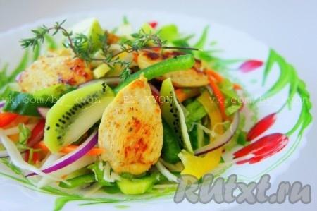 Овощной салат с оливковым маслом. Весенний овощной микс с куриной грудкой