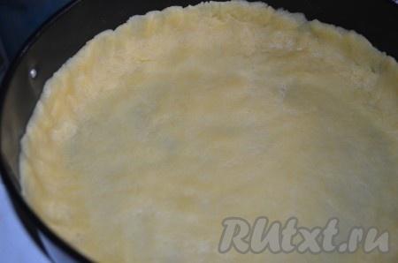 Форму для выпечки смазываем сливочным маслом. Выкладываем тесто, формируя бортики.