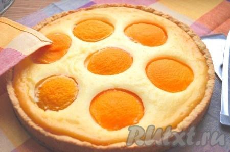 Выпекаем творожный пирог с персиками в духовке 40-50 минут при температуре 190 градусов.