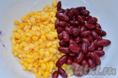 С фасоли и кукурузы слить жидкость, высыпать в салатник.