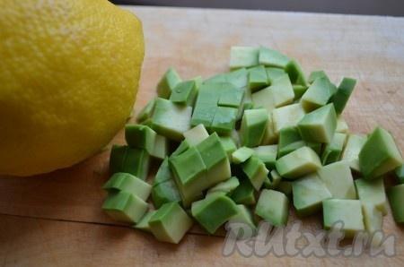 Авокадо очистить, мякоть нарезать кубиками, сбрызнуть лимонным соком.