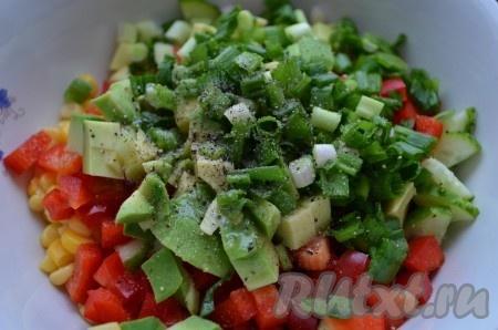 Зеленый лук порезать, добавить в салатник. Посолить и поперчить по вкусу, заправить растительным маслом.