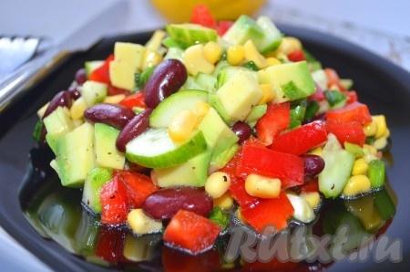 Полезный и сытный салат из кукурузы, фасоли и авокадо, приготовленный по этому рецепту, удивит Вас ярким красками и порадует прекрасным вкусом.