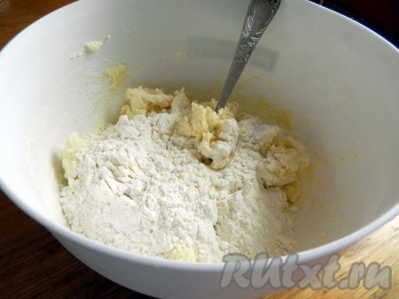 К полученной массе добавить муку, смешанную с разрыхлителем, и замесить тесто.