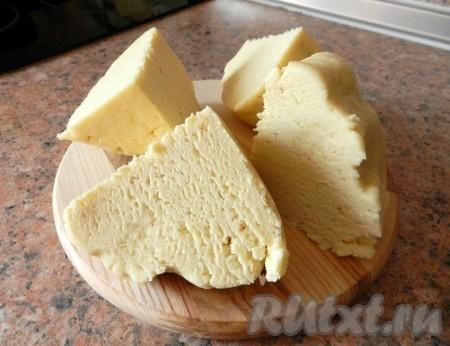 Разделить тесто на четыре части.