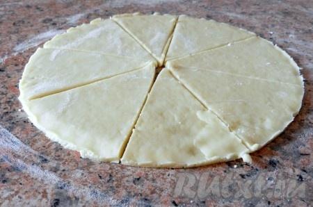 Каждую часть раскатать в пласт толщиной примерно 0,5 см, выровнять края и разрезать на восемь сегментов.