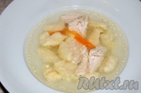 Когда клецки всплывут, минут через 5, суп можно выключать. Можно разливать по тарелкам и приступать к трапезе. Ароматный, диетический куриный бульон с клецками вам обязательно понравится.
