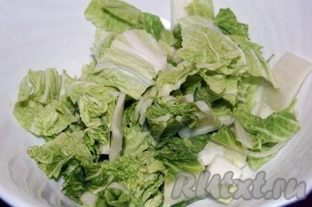 Взять салатник и на дно его уложить слой крупно нарезанной китайской капусты.
