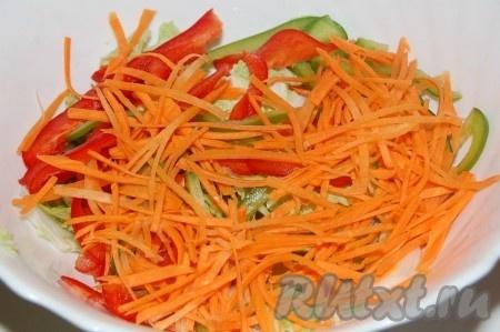 Отправить нарезанную морковь в салатник.