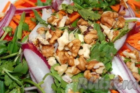 Отправить порезанную кинзу и толченные грецкие орехи в салатник.