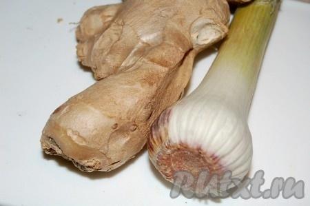 Для заправки салата измельчить свежий имбирь и чеснок.
