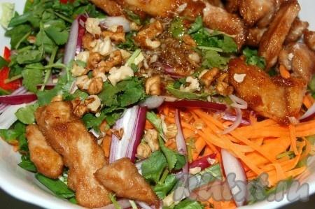 Добавить к овощам кусочки курицы и полученной заправкой заправить китайский салат. Аккуратно, чтобы не поломать овощи, салат перемешать.