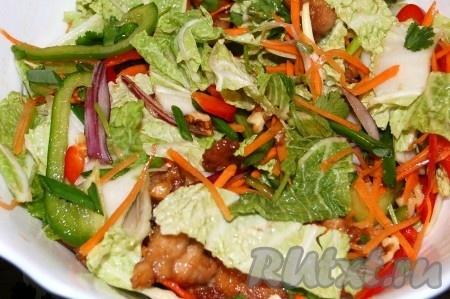 Китайский салат с курицей готов. Очень вкусный, ароматный, он зазывает всех за стол.