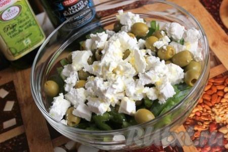 Заправить оливковым маслом, перемешать и дать салату немного постоять.