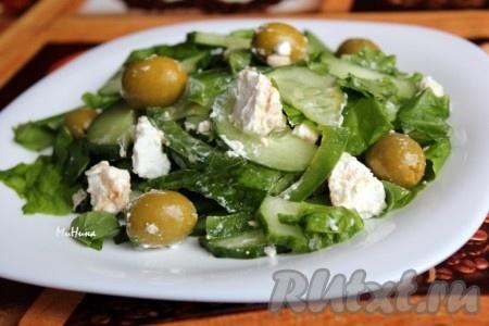 Освежающий и вкусный овощной салат с брынзой и оливками готов.