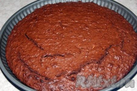 Через 30 минут наш вкусный шоколадный пирог готов. Важно не передержать в духовке, чтобы он внутри не оказался пересушенным, а оставался слегка влажным, как и положено шоколадной выпечке.