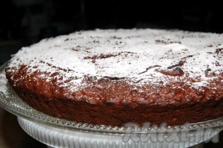 У меня форма была невысокой и большой в диаметре (28 см), поэтому моему шоколадному пирогу, замешанному на молоке, хватило 30 минут для выпечки. Если ваша форма будет выше и меньше в диаметре, то следует выпекать дольше. В любом случае, обязательно проверяйте готовность деревянной лучинкой или зубочисткой. Пирог остудить и обильно посыпать сахарной пудрой.