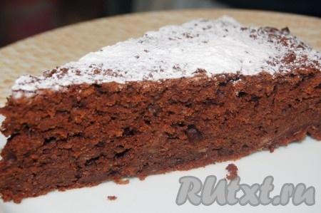 Разрезаем наш наивкуснейший шоколадный пирог на порции и подаём к столу.