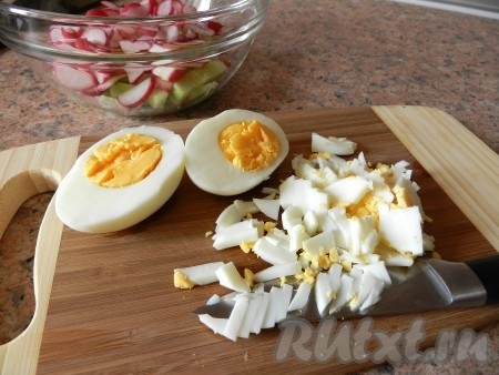 Вареные яйца очистить и мелко нарезать.